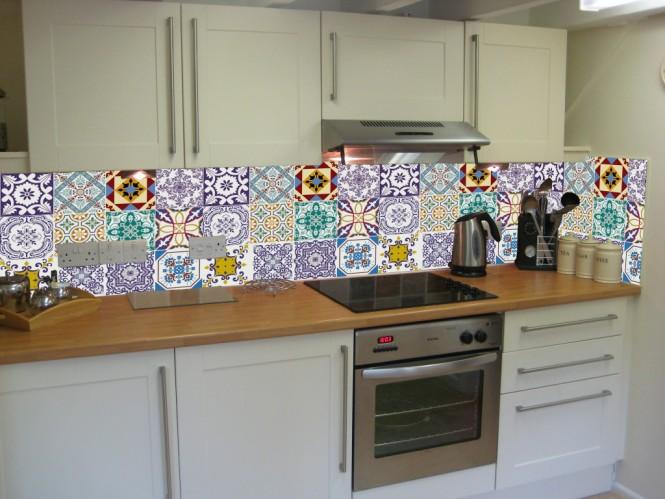 Cozinha com azulejos na parede